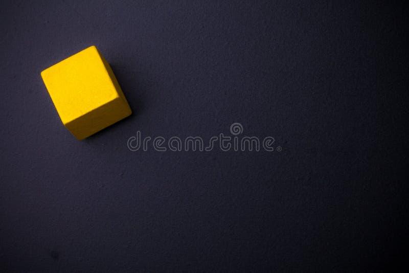 Cubo sulla lavagna immagini stock