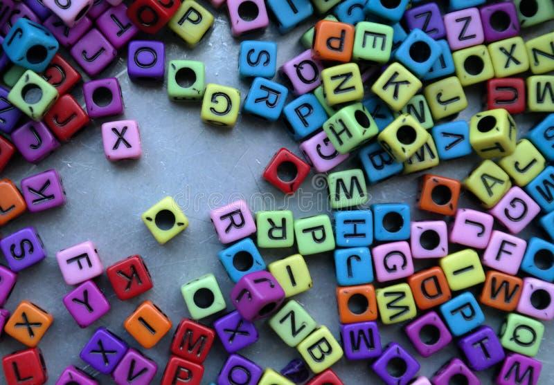 Cubos coloreados con las letras imagen de archivo