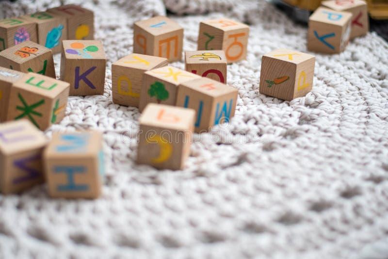 Cubos coloridos del juego en una alfombra blanca foto de archivo