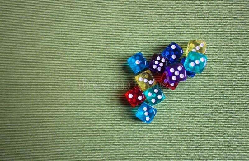 Cubos coloridos del póker foto de archivo