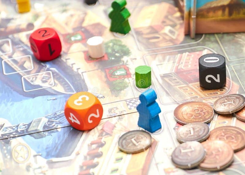 Cubos com o jogo na tabela Jogos de mesa temáticos ideia vertical do close-up do jogo de mesa imagens de stock