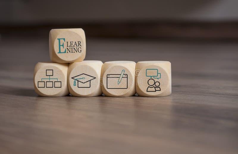 Cubos con el aprendizaje electrónico Onlinelearning fotos de archivo