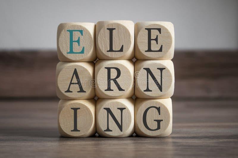 Cubos con el aprendizaje electrónico Onlinelearning foto de archivo libre de regalías