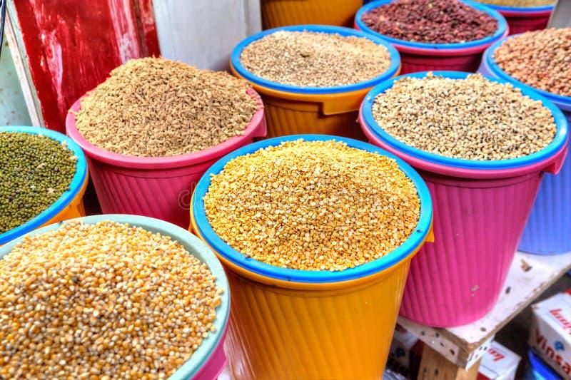 Cubos con las diversas semillas secadas en el mercado de la comida, Irán fotos de archivo