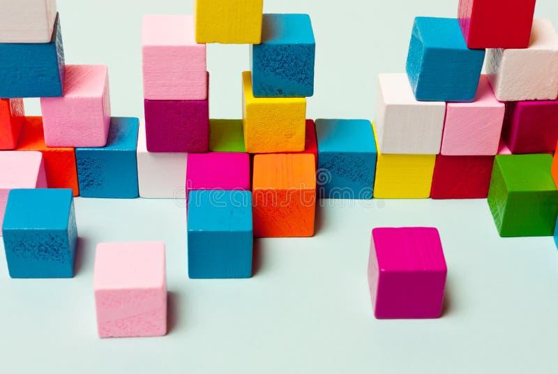 Cubos da cor no sistema, o jogo, enigmas Conceito do pensamento lógico foto de stock
