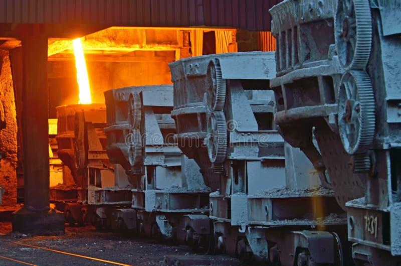 Cubos de acero para transportar el metal fundido foto de archivo