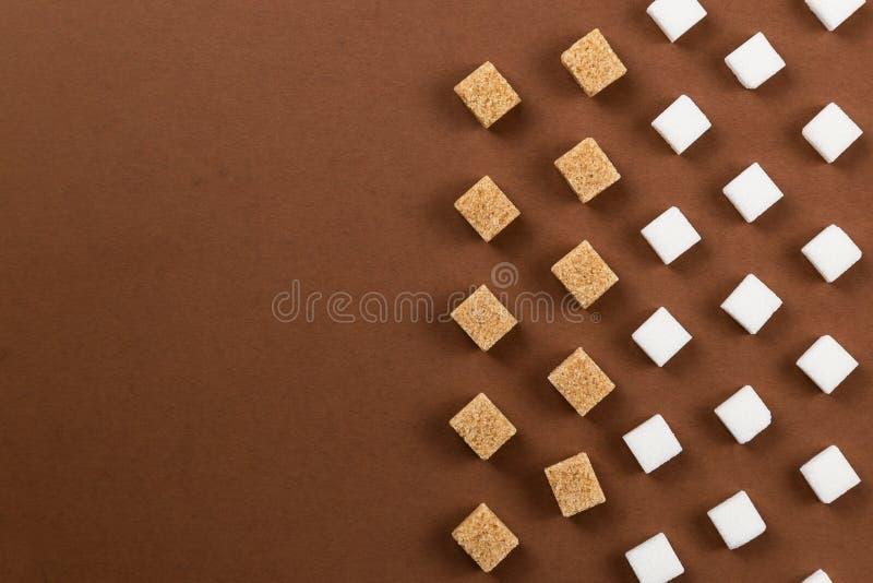 Cubos de Brown y del azúcar blanco en fondo marrón fotografía de archivo libre de regalías