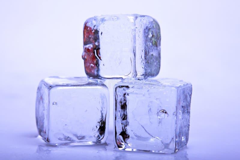 Download Cubos de gelo imagem de stock. Imagem de reflexão, frigid - 12804055