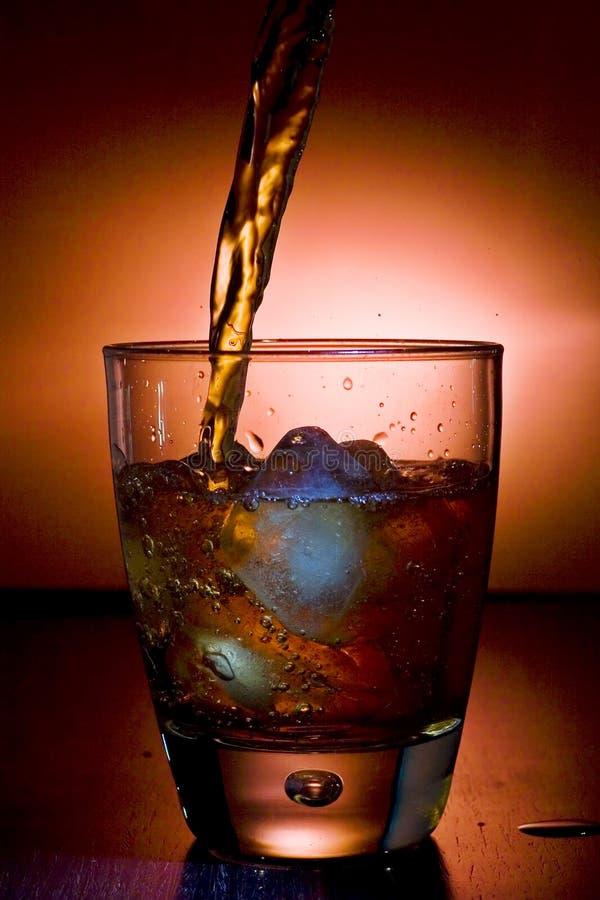Cubos de gelo do whith da bebida alcoólica foto de stock royalty free