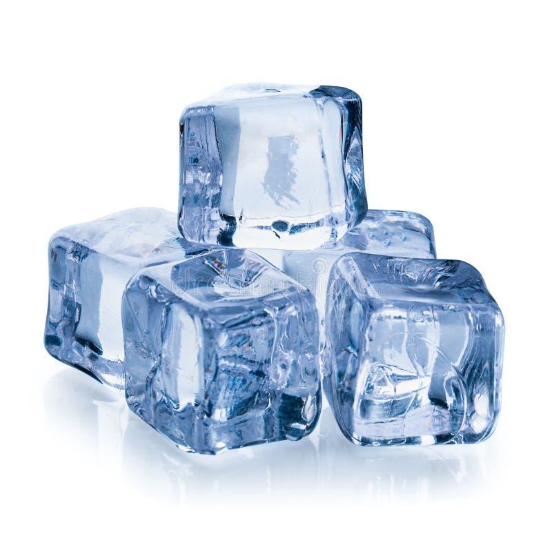 Cubos de gelo isolados em um fundo branco fotografia de stock