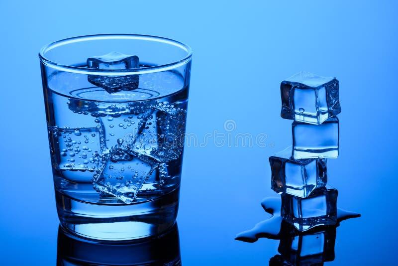 Cubos de gelo na água imagem de stock