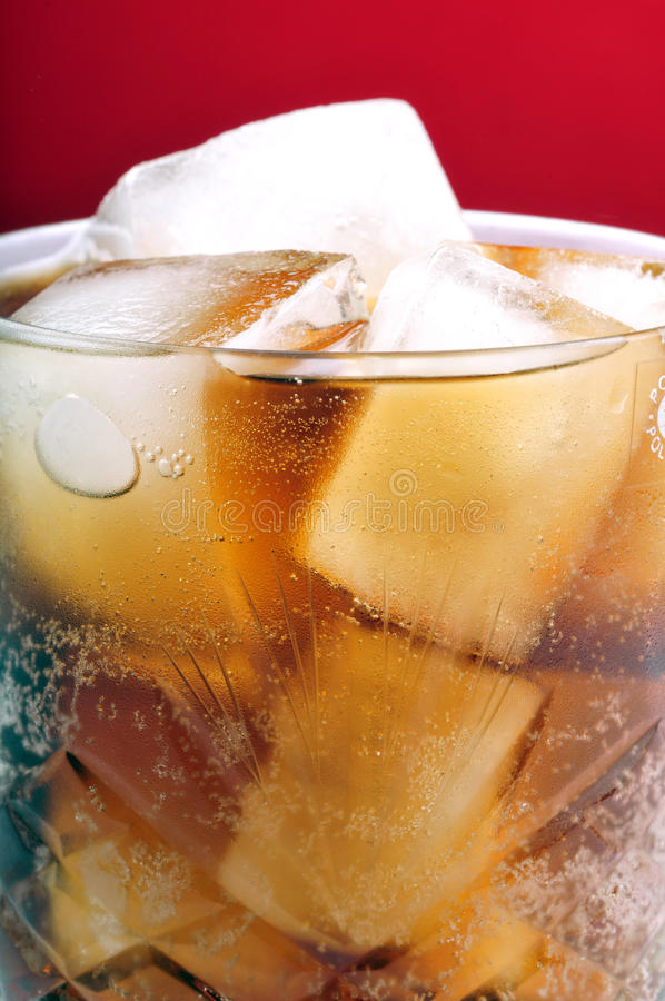 Cubos de gelo na bebida fotografia de stock royalty free