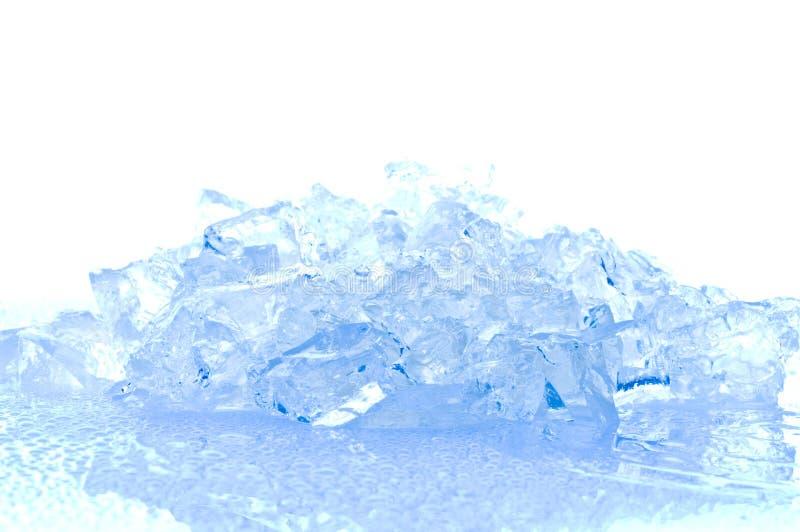 Cubos de gelo na luz azul fotografia de stock