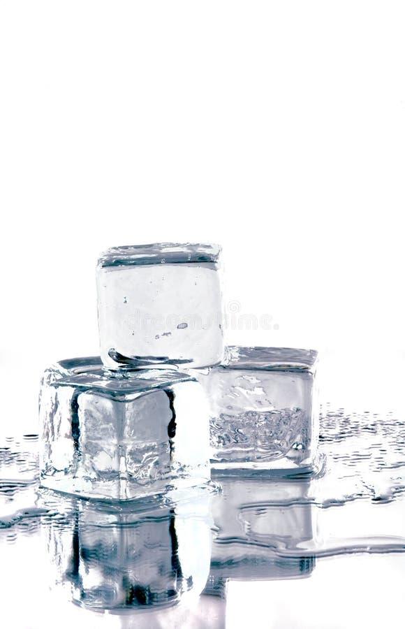 Cubos de gelo no espelho imagem de stock