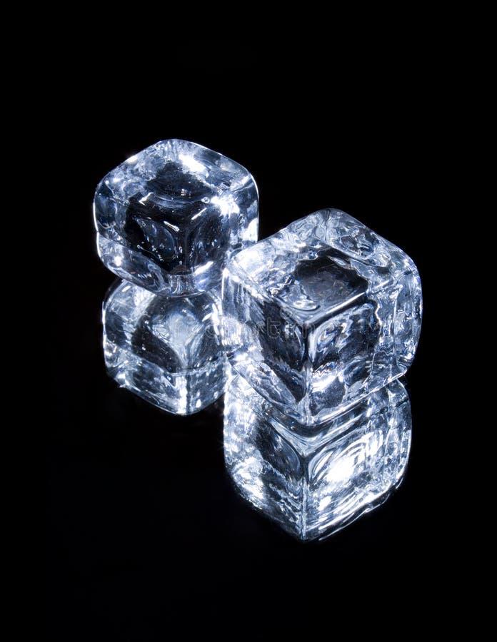 Cubos de gelo no preto fotos de stock