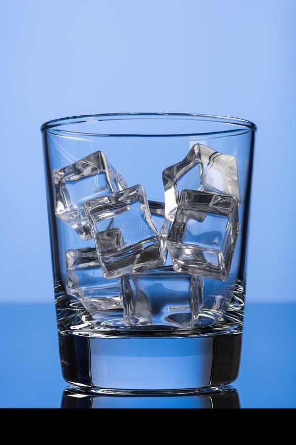 Cubos de gelo no vidro foto de stock