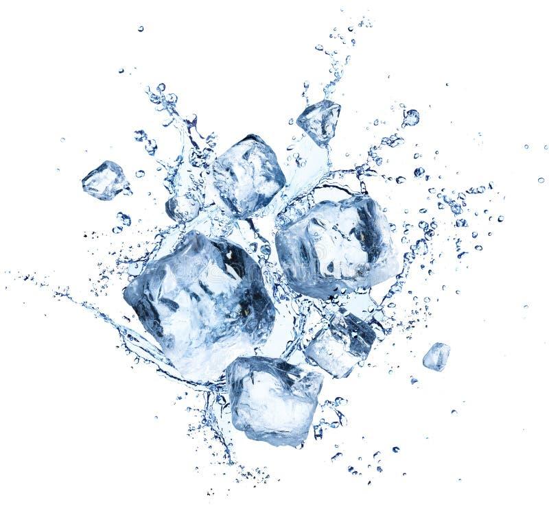 Cubos de gelo que espirram - cristais de refrescamento frescos fotografia de stock