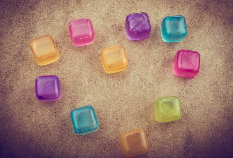 Cubos de hielo coloridos falsos en la madera foto de archivo libre de regalías