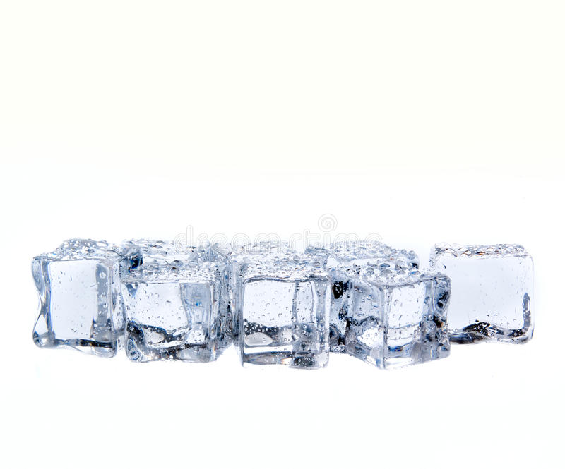 Cubos de hielo con descensos del agua aislados en blanco fotografía de archivo libre de regalías
