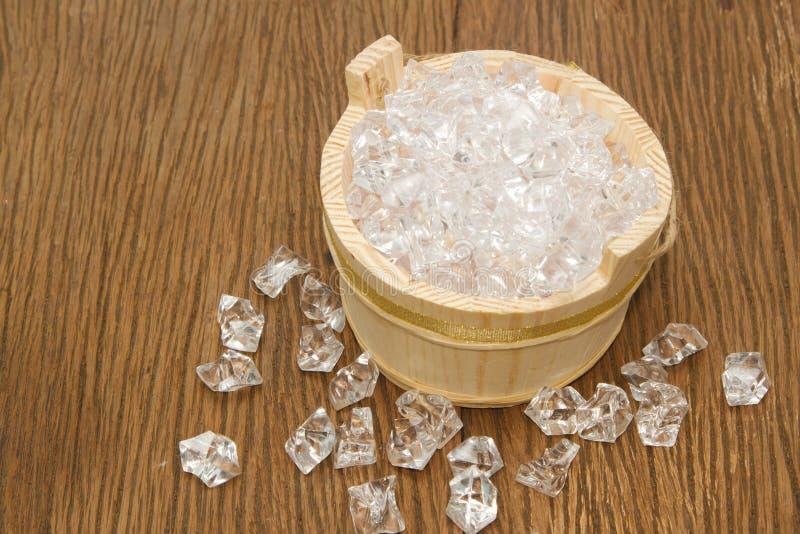 Cubos de hielo en el cubo de madera fotografía de archivo libre de regalías