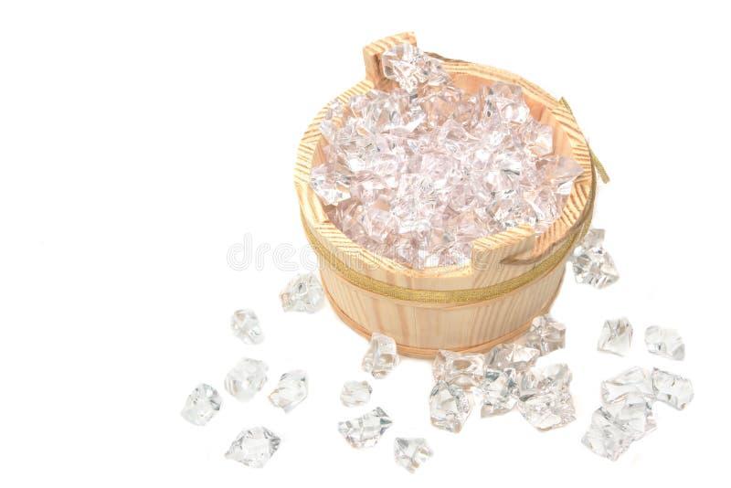 Cubos de hielo en el cubo de madera foto de archivo
