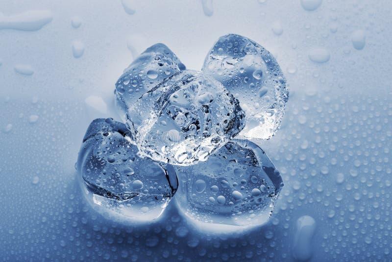 Cubos de hielo grandes congelados en las gotitas del agua fotos de archivo libres de regalías