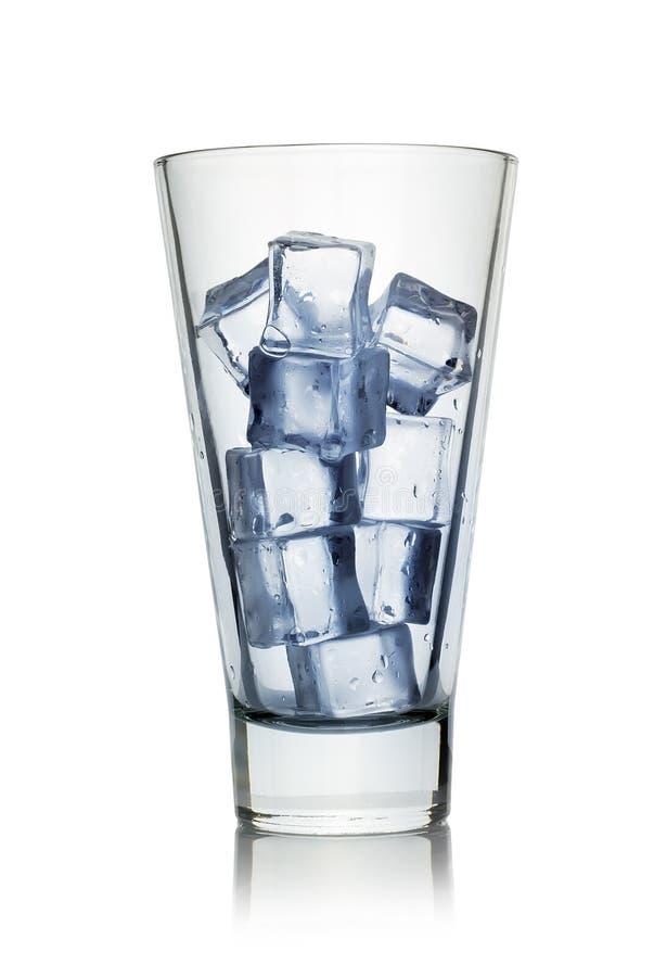 Cubos de hielo para una bebida en un vidrio fotos de archivo