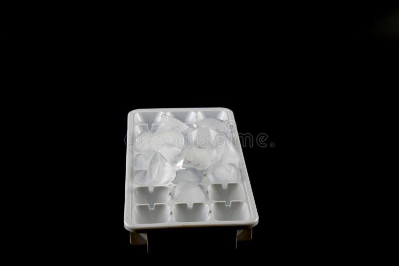 Cubos de hielo quitados del cubo de hielo fotografía de archivo