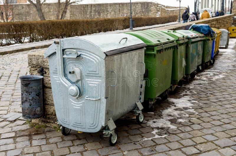 Cubos de la basura del metal en la calle fotos de archivo libres de regalías