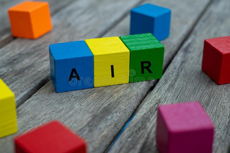 cubos de madeira coloridos com letras o ar da palavra é indicado, ilustração abstrata foto de stock