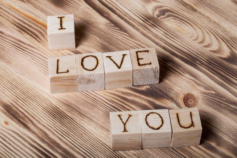 Cubos de madeira com inscrição EU TE AMO fotos de stock