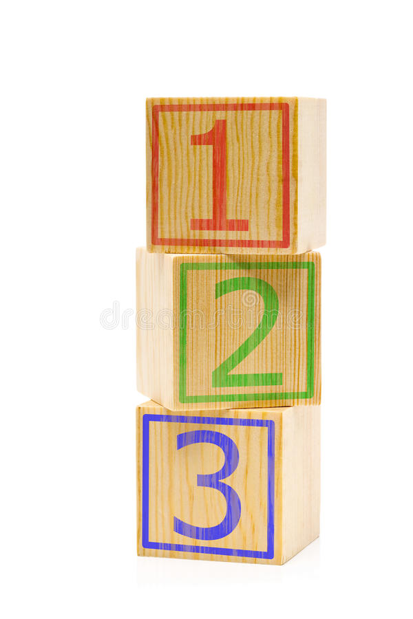 Cubos de madeira marrons empilhados com números um, dois e três fotografia de stock