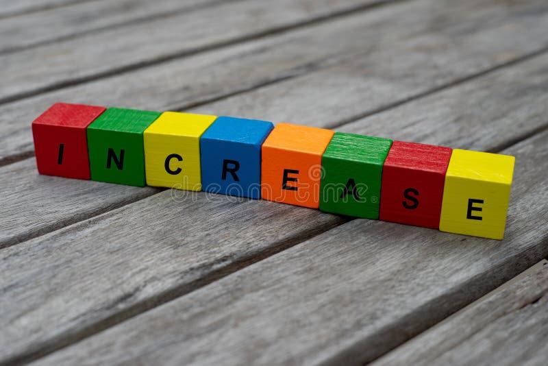 cubos de madera coloreados con las letras se exhibe el aumento de la palabra, ejemplo abstracto imágenes de archivo libres de regalías