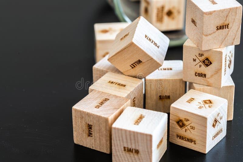 Cubos de madera con escrituras fotos de archivo