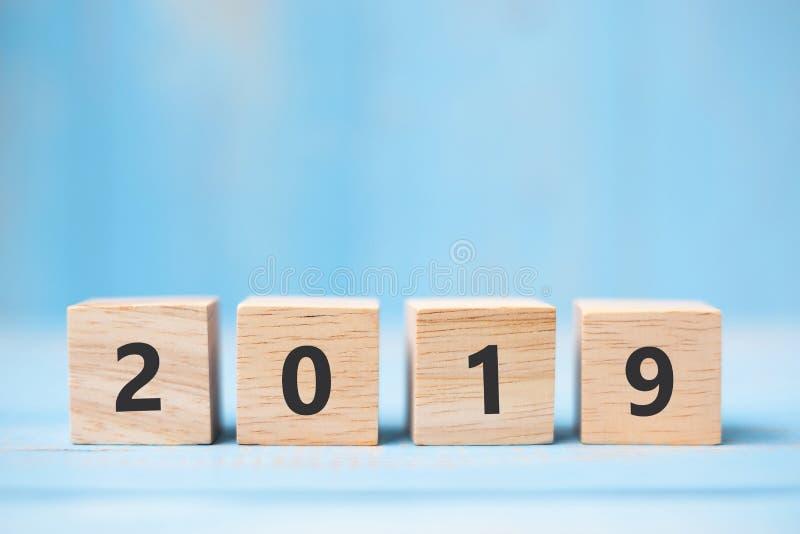 2019 cubos de madera del Año Nuevo en fondo azul de la tabla con el espacio de la copia para el texto Metas de negocio, misión, r imágenes de archivo libres de regalías