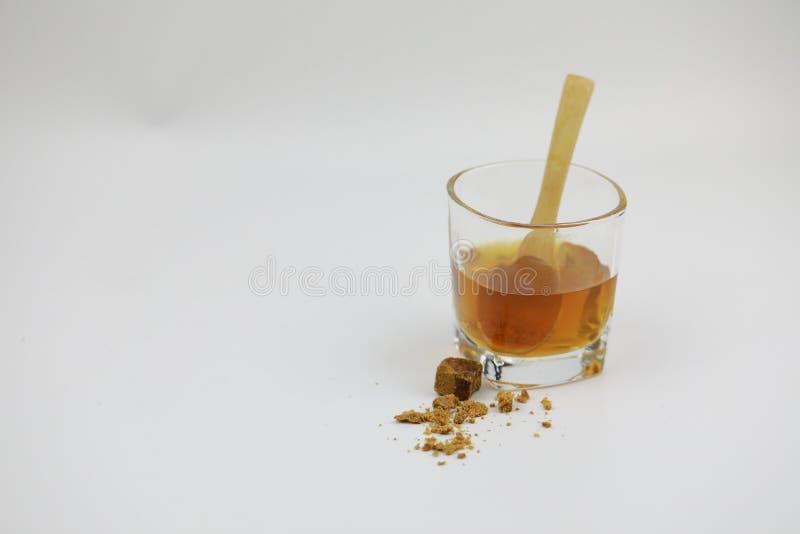 Cubos del azúcar y taza de cristal con agua fotografía de archivo libre de regalías