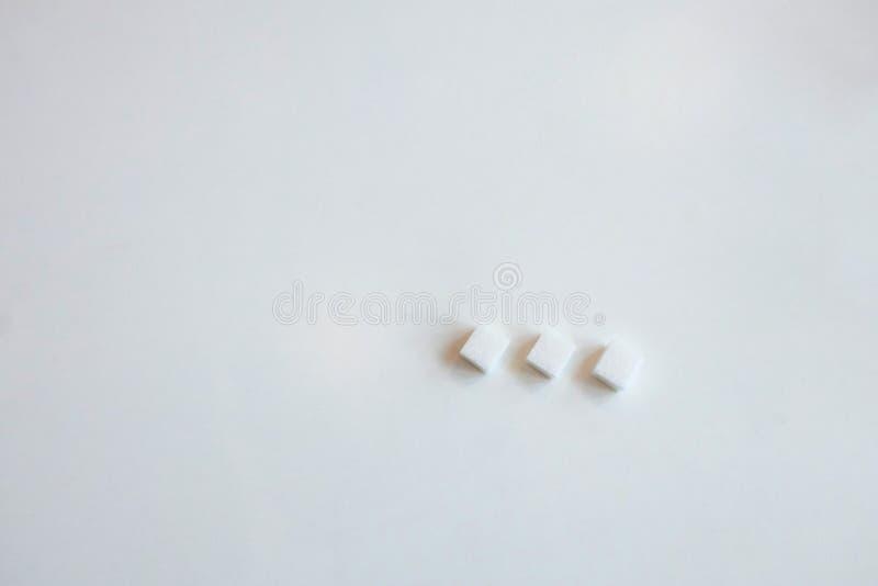 Cubos do açúcar branco foto de stock