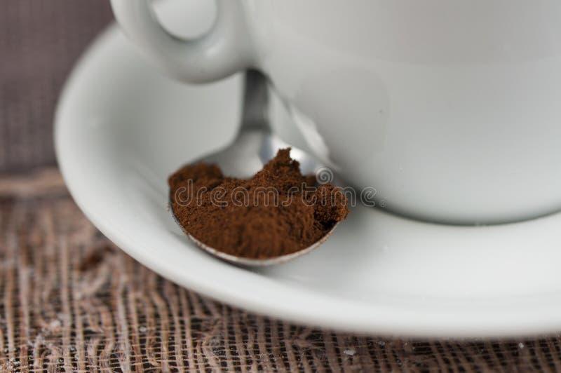 Cubos do açúcar do copo de café branco e colher do metal na tabela Tempo do caf? imagens de stock royalty free