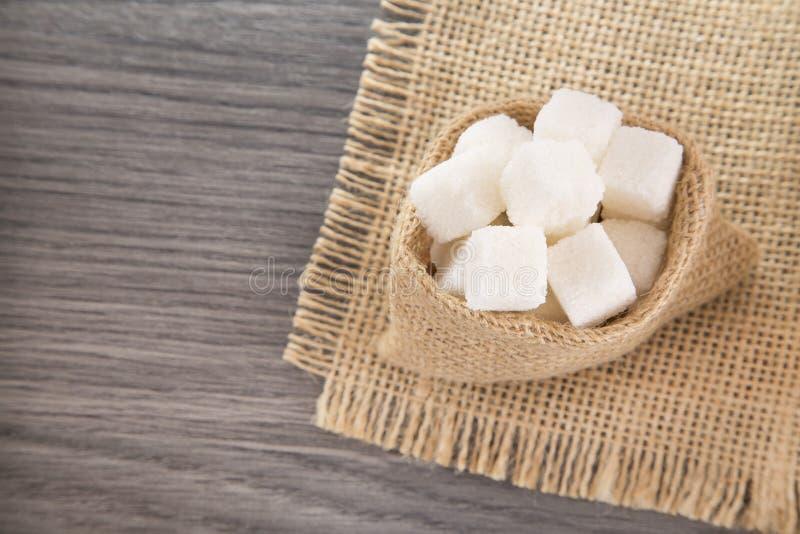 Cubos do açúcar no saco fotografia de stock royalty free