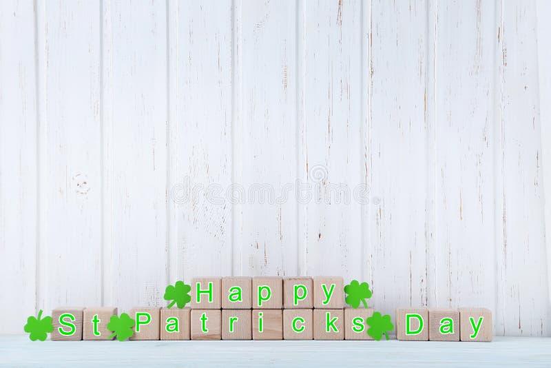 Cubos do brinquedo e folhas verdes do trevo imagens de stock royalty free