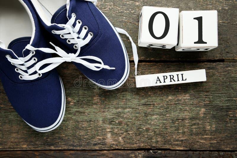 Cubos do calendário com sapatas azuis fotos de stock royalty free