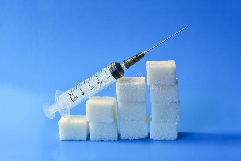 Cubos do a??car com seringa Conceito do diabetes O conceito do dano poss?vel do a??car Aumento em níveis do açúcar no sangue, o g fotos de stock