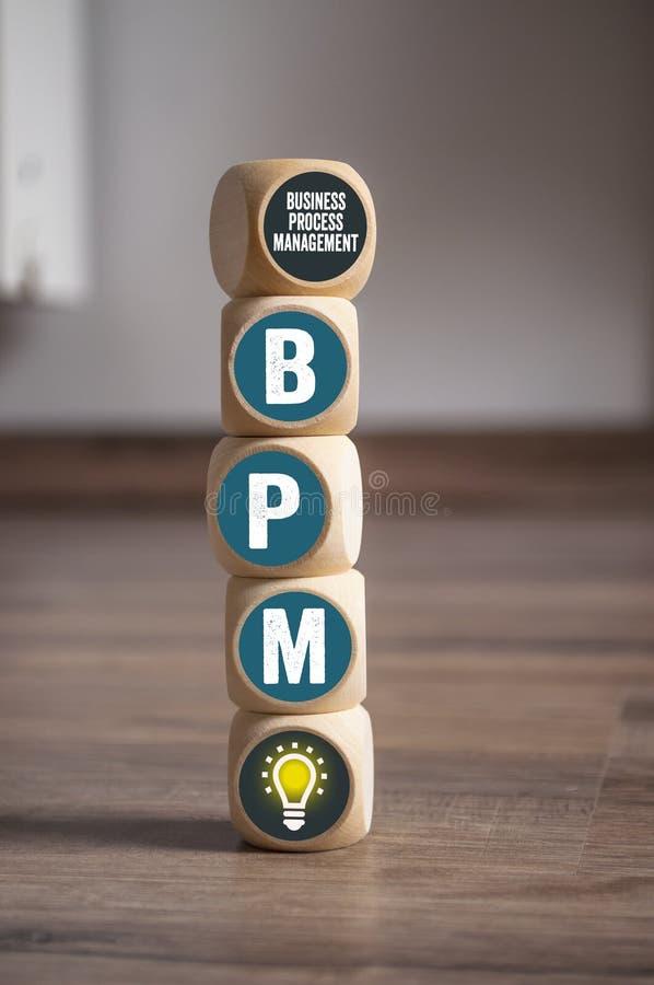 Cubos e dados com BPM - gestão de processo de negócios fotos de stock royalty free