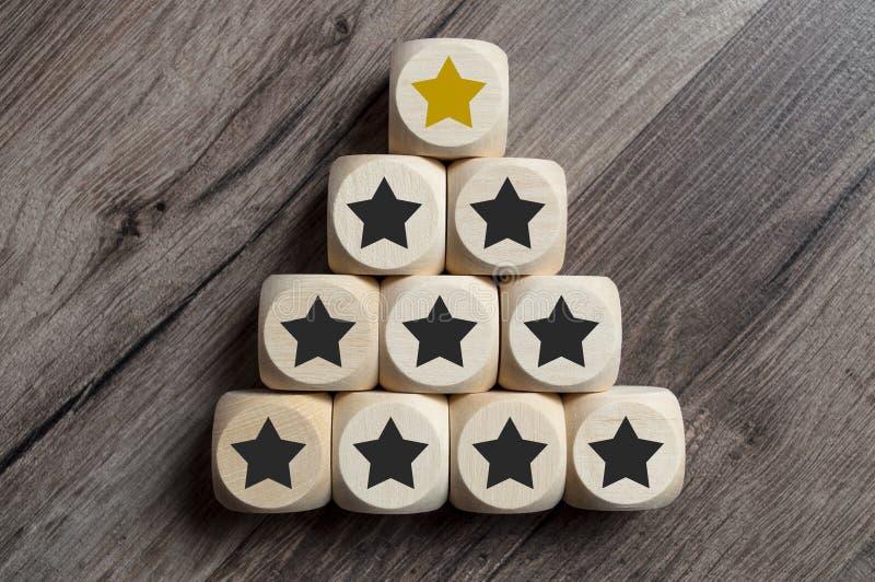 Cubos e dados com estrela dourada sobre um pyramide foto de stock royalty free