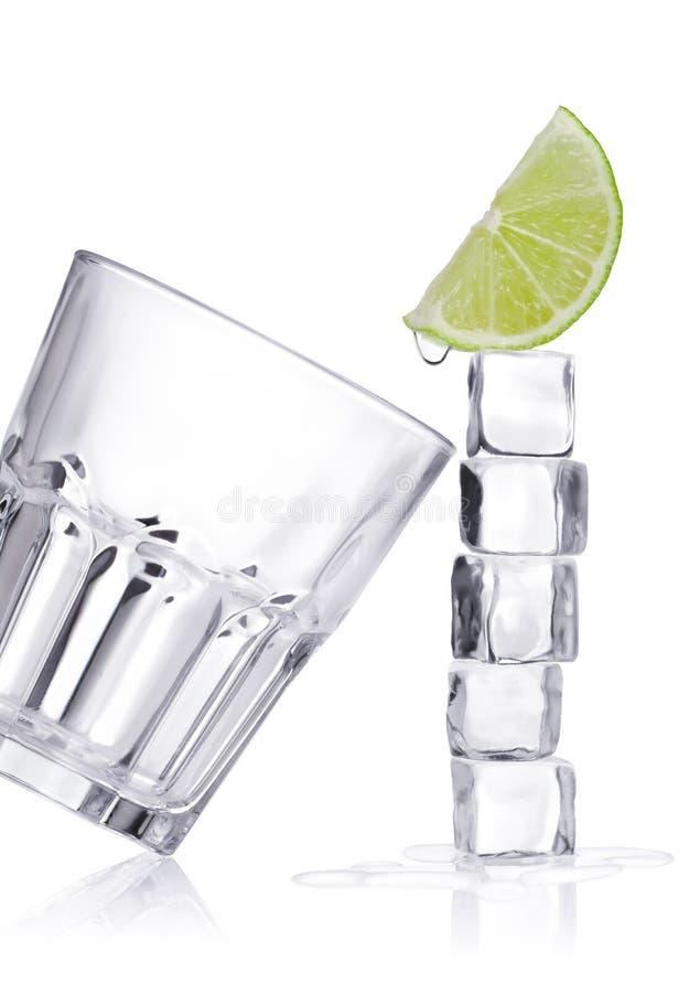 Cubos e vidro de gelo fotos de stock