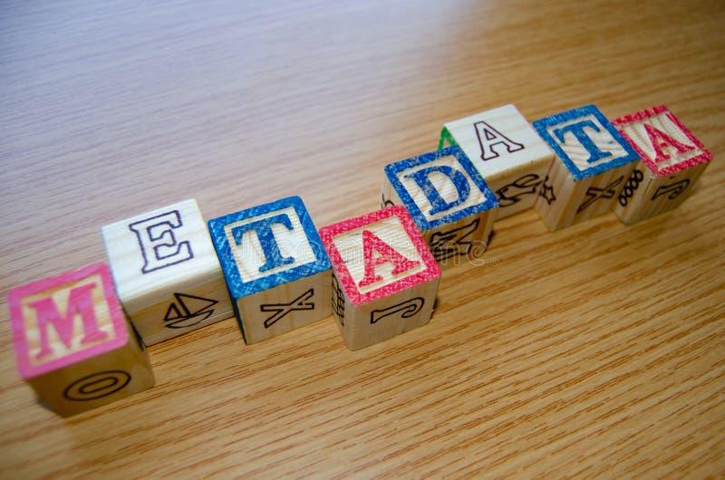 Cubos educativos del juguete con las letras organizadas para exhibir meta datos de la palabra - el keywording y optimización del  fotos de archivo