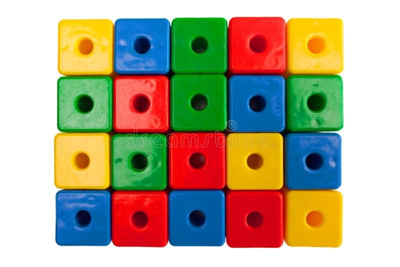Cubos plásticos coloridos em um fundo branco imagem de stock royalty free