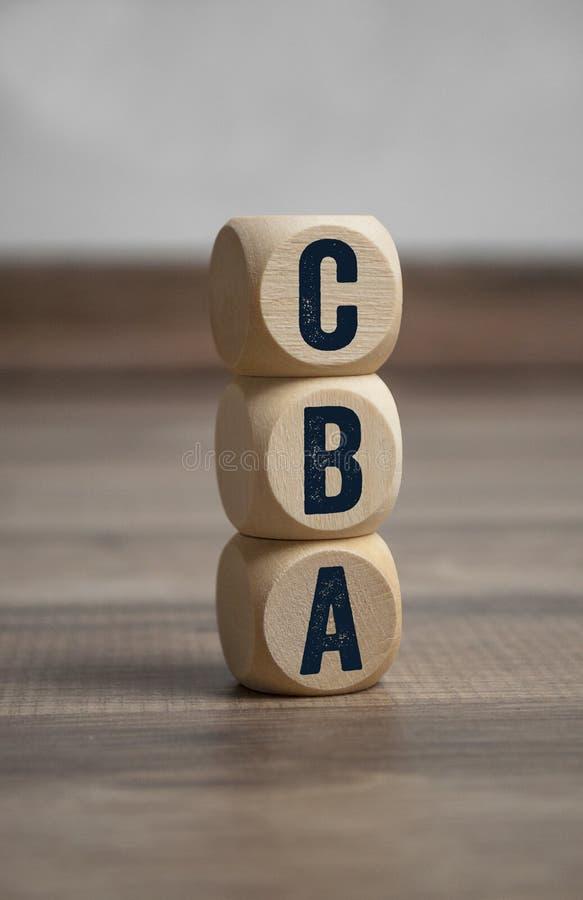 Cubos y dados con análisis de costes y beneficios de CBA foto de archivo libre de regalías