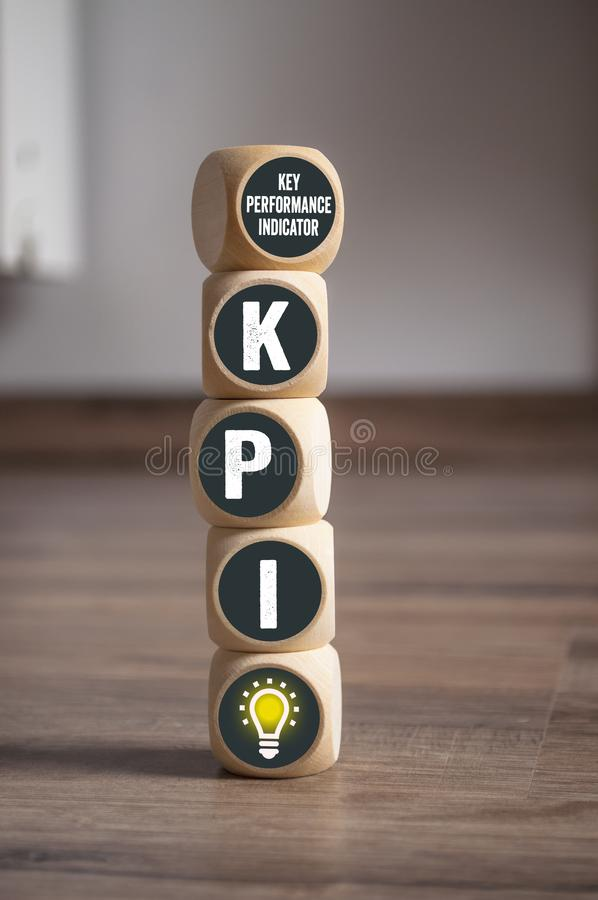 Cubos y dados con el indicador de rendimiento clave de KPI foto de archivo