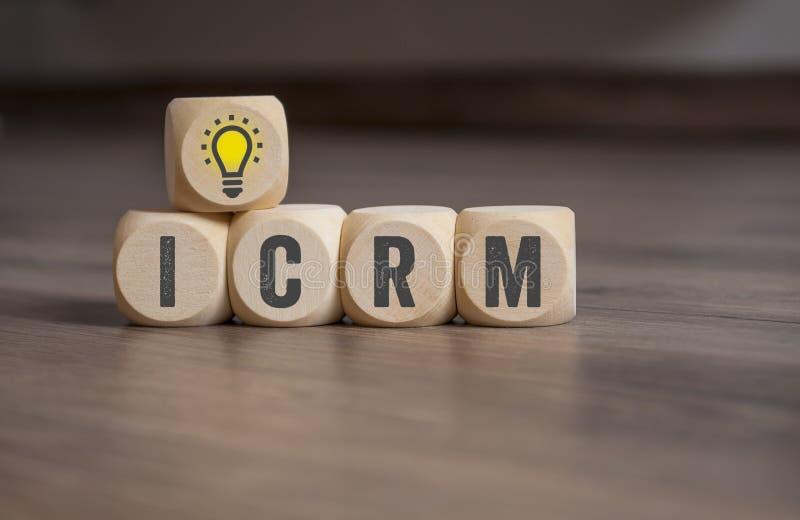 Cubos y dados con la gestión de la relación del cliente de ICRM imagen de archivo